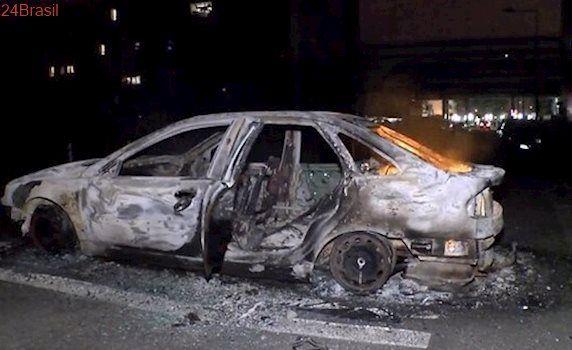 Grupos de jovens queimam carros no norte de Paris em meio à tensão