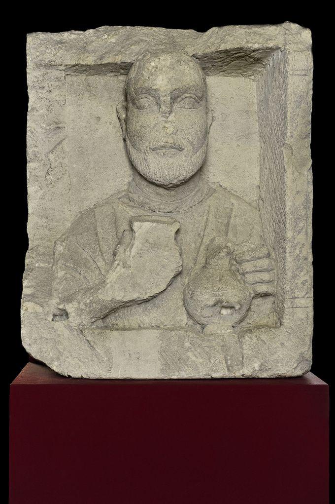 Stèle en calcaire d'un marchand ou d'un artisan, dite « stèle du cabaretier », IIe-IIIe siècle de notre ère. Musée d'Aquitaine, Bordeaux.