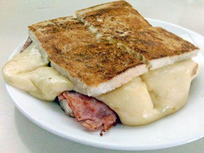 ¡Cómo le gustaba a Don Ernesto Barros Jarpa! Ingredientes: (1 persona) pan (puede ser de molde, frica o amasado) queso a gusto jamón a gusto Preparación: ¡Muy fácil! Abra el pan y luego coloque el queso y el jamón en las cantidades que prefiera el comensal. Caliéntelo hasta que el queso de funda y el pan quede bien crujiente y ya lo puedes comer. Como es un pan liviano, es ideal para el desayuno o la once.