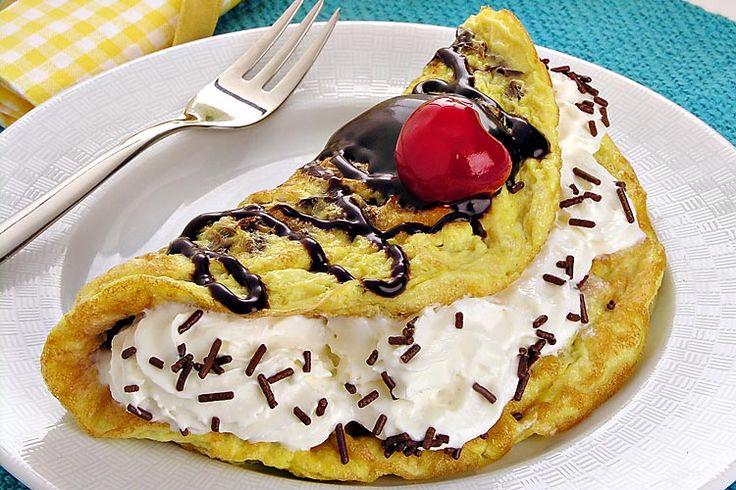omelete doce, calda de chocolate, cereja, flocos