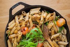 Tijd voor een klassiek en vooral heel makkelijk gerecht dat iedereen denk ik weleens heeft gegeten: pasta pesto kip. Voor dit recept heb je helemaal geen pakjes en zakjes nodig. Je maakt het heel gemakkelijk zelf. Inclusief instructie om zelf lekkere, makkelijke pesto te maken!