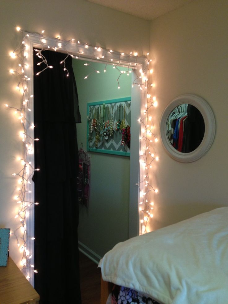 Twinkle lights make your dorm room a lot cozier! Uni. Pinterest Night, Your life and Door ...