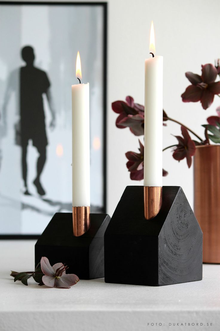 Ljusstakar i husform av svart trä och koppar. Hemma hos www.dukatbord.se