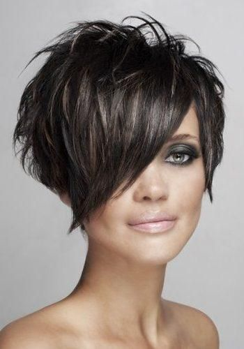 short hairstyle with long bangs to the side and brown highlights