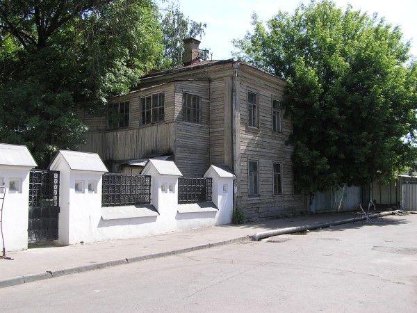 na z cerkví v strede Mosky s drevenou farou. Drevené domy sú úplne bežné, a to aj v centre mesta.