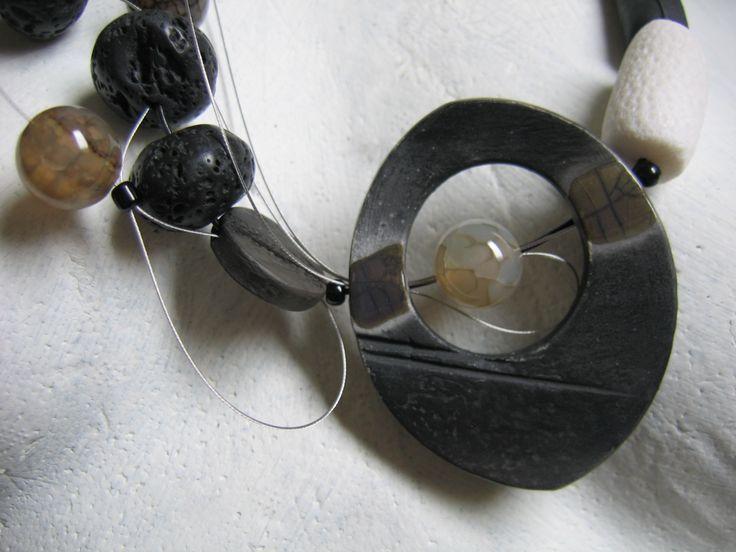 gioiello in ceramica raku e pietre dure