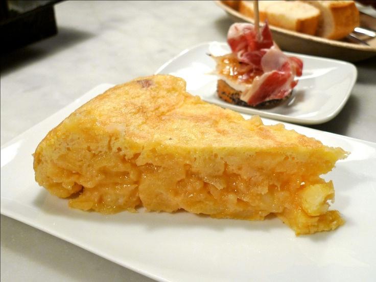 Desayuno Madrileño: Típica Tortilla Española con Rollo de Canela, Torre de quesos (Mozzarella, Campesino, Paipa), Jugo Natural y Bebida Caliente.