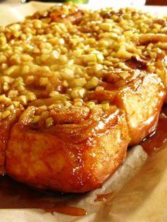 Если вы знакомы с этими чудесными коричными булочками, то вы знаете, какие они ароматные и сочные, какое у них пишистое тесто и как много начинки. Обычно их еще…