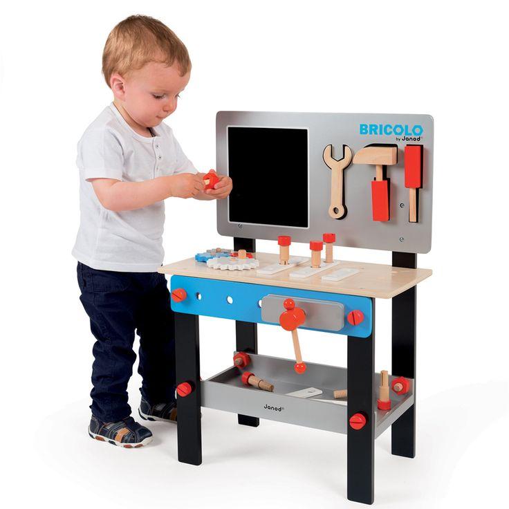 Drevený pracovný stôl Janod Bluemaster DIY je magnetický pracovný stôl pre deti od 3 do 8 rokov. Detský pracovný stôl obsahuje 24 doplnkov, ku ktorým patria 3 magnetické nástroje - kladivo, skrutkovač a kľúč, skrutky, matice, ozubené kolieska, zverák a ďalšie.