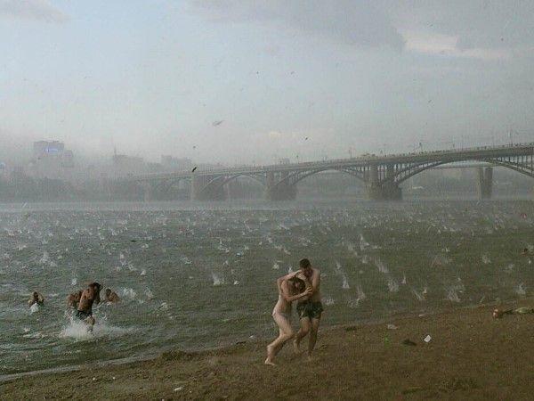Hagelstorm op het strand van de rivier Ob
