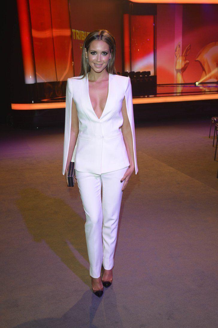 Pin for Later: Edel und nicht immer unschuldig: 22 Möglichkeiten Weiß zu tragen Mandy Capristo Mandy's Hosenanzug ist unkonventionell und zeigte ihre sexy Seite. Selbstverständlich schmeichelt weiß auch perfekt ihrem Teint.