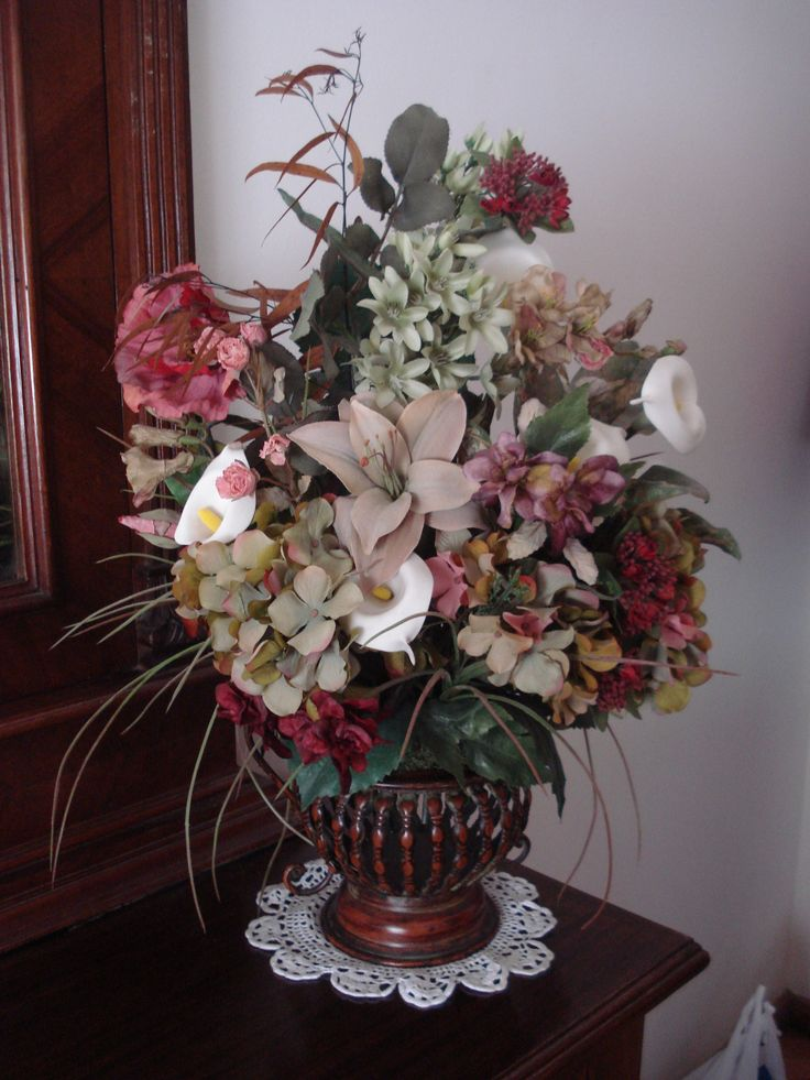Variedad de flores y colores en recipiente metalico .