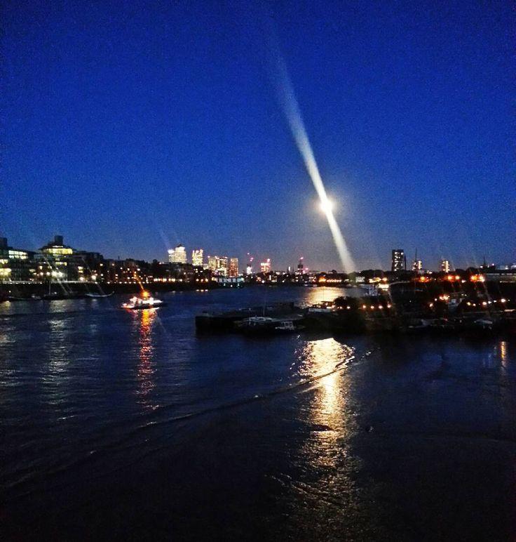 """mångata (svedese): parola arcaica coniata dallo scrittore A. Strindberg. attualmente poco utilizzata indica il riflesso della luna sull'acqua si può letteralmente tradurre con """"strada di luna""""  # #fullmoon #moon #moonlight #nojustice #chiarodiluna #clairedelune #city #walk #london #londonbynight #thames #thamesriver #towerhill #towerbridge #beautiful #inlove #amazing #eclipse #sky #reflection #shadow #night #romantic #mangata #potd #nofilter #thisislondon by iaioh"""
