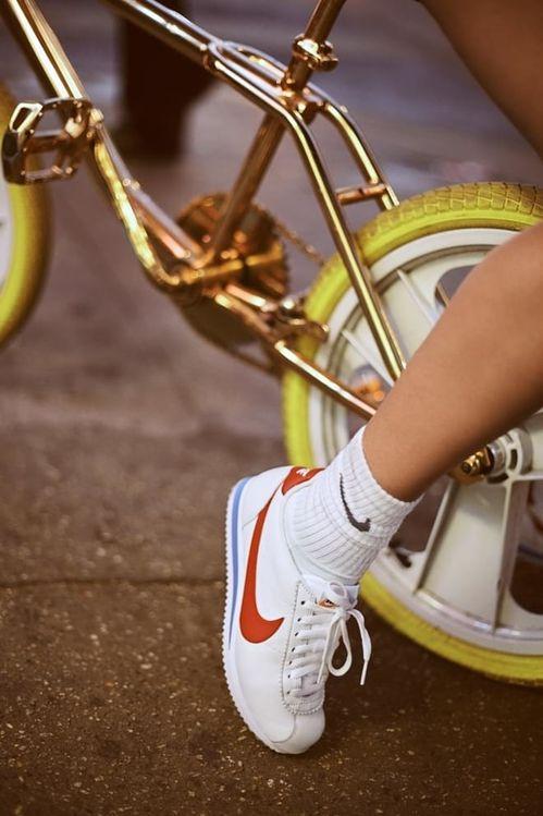 Bella Hadid célèbre les 45 ans des Nike Cortez