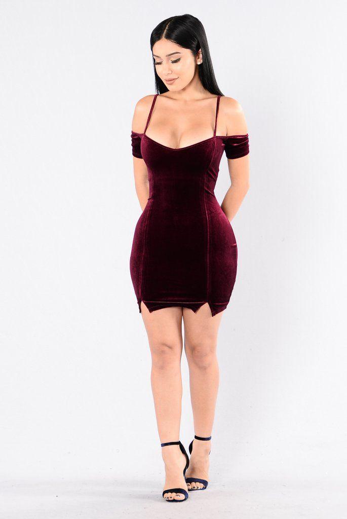- Available in Burgundy - V neckline - Off the Shoulder - Adjustable Spaghetti Straps - Velvet - Front Slits - 96% Polyester, 4% Spandex