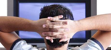 Nadměrné sledování televize a internetu narušuje spánek
