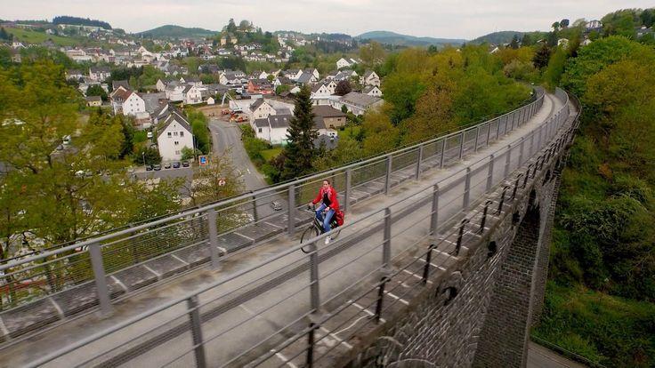 Moderatorin Tamina Kallert ist auf dem Maare-Mosel-Radweg unterwegs, der auf einer alten Bahntrasse von Daun durch die Vulkaneifel bis an die Mosel führt.