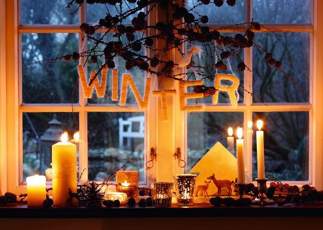 Kleine Dekorationen auf Fensterbank gleichen durch ihr reizvolles Arrangement den oft trüben Ausblick in den kahlen Garten aus.