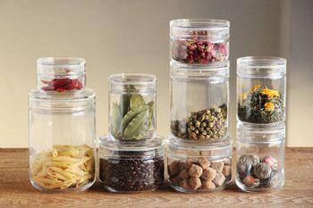 キッチンや洗面所などの日用品を保存する容器は何を使っていますか?  シンプルなデザインの「チャーミークリアー」ならスタッキングも出来て、さらに透明なので中に何が入っているのかもすぐ分かるのでとっても便利♪