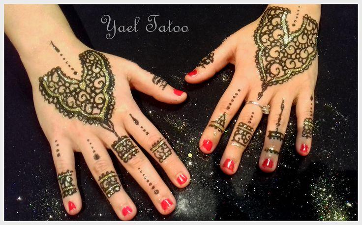 tatouage main à la paillette noire et or by Yael Tatoo www.tatouage-henne.paris