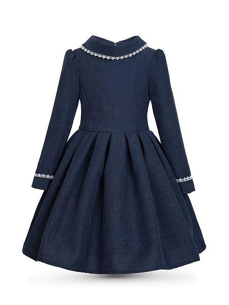 Невероятно удобное классическое платье, выполненное из дышащей, приятной на ощупь костюмной ткани, обладающей несминаемостью, износостойкостью, способностью к формообразованию и формозакреплению. Рукав длинный втачной, регулирующийся по длине за счет отгибающихся манжет, что очень удобно при постоянно изменяющемся росте ребенка. Воротник-хомут отложной симметричный. Особую нарядность и женственность изделию придают пышная юбка в складку и белое кружево с фестонами, идущее по манжетам рукавов…