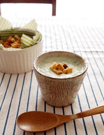 玉ねぎとじゃがいもにクレソンを加えたおしゃれなスープ。 栄養たっぷりのクレソンは、爽やかな辛味がアクセントになって美味しいですよ。手作りクルトンを入れると、朝ごはんとしても食べたいスープに♪