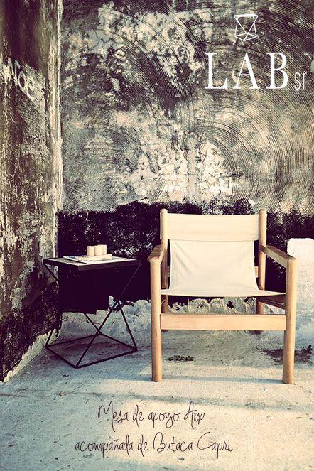Butaca Capri acompañada de la mesa de Apoyo Aix.