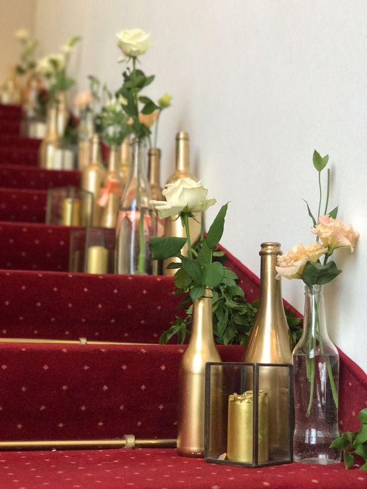 I schody si zaslouží pozornost #dekoraceschodu #svatebnídekoace