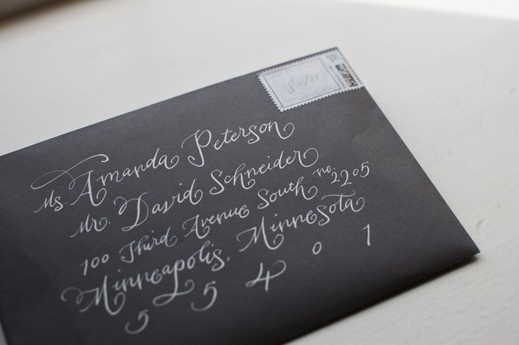 amplop hitam di tulis manual kaligrafi undangan pernikahan yang elegante