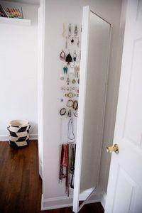 Bewahre Schmuck hinter einem STAVE-Spiegel auf.   37 clevere Arten, Dein Leben mit IKEA-Sachen zu organisieren