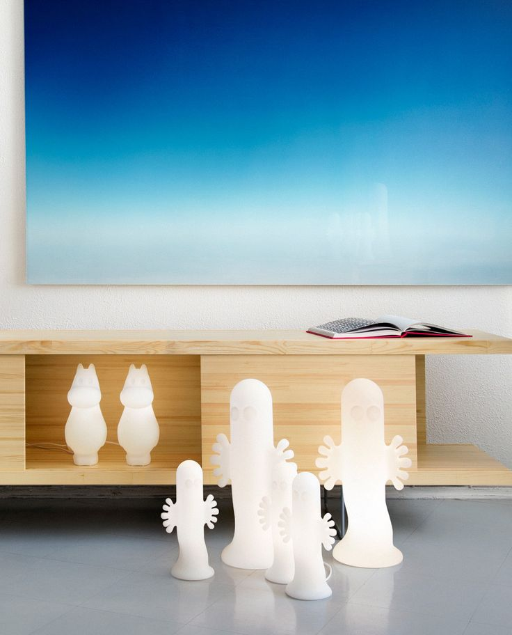 Hattifnatt i kjent figur fra det fantastiske universet til Tove Jansson er skapt for å inspirere oss alle til å utforske det ukjente! Mummi lampene er dyktig designede objekter av ren glede som vil lyse opp alles dag – både i hjemmet og i det offentlige rom. Lampene er tilgjengelig i tre kjente figurer; Mummitrollet, Hattifnattene og Snorkfrøken—og i tre størrelser optimalisert for bord, gulv og herlige frittstående dekorelementer.