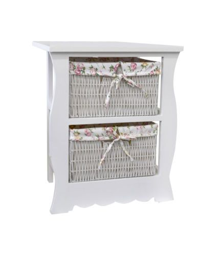 Comodino bianco in stile provenzale. Con due cestini in vimini foderati di tessuto a fantasia floreale.