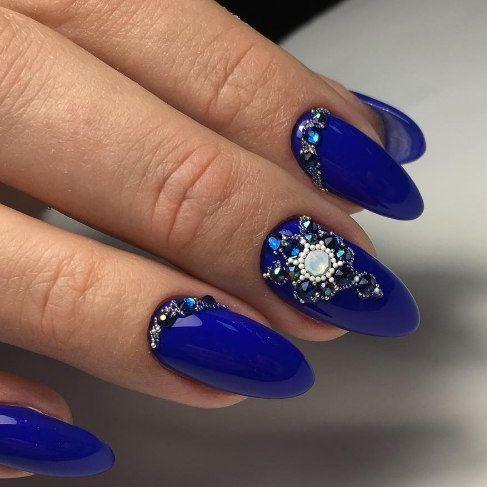 Пример, как можно красиво разместить стразы на ногтях. Синий дизайн ногтей.