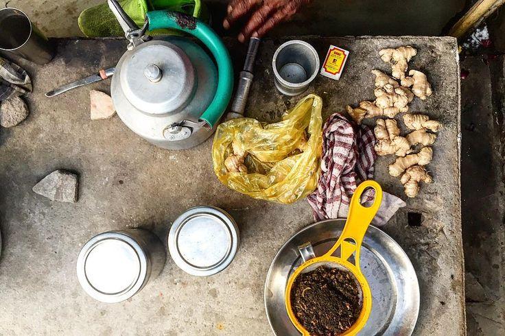 道端のチャイ屋の道具 アルミのやかんお水用とチャイ用のふたつ スパイスミル生姜とカルダモンをクラッシュ 生姜あるとないでは味の締まりが違う キャニスター茶葉と砂糖用 マッチコンロに火を灯す 茶こし生姜スパイス茶葉を漉す ダスター色々拭く ミルクを炊いた鍋もあった 人が使った味わいのあるものがつい欲しくなる . . #india #life #trip #lifeinindia #scenery #chai  #インド #インド暮らし #暮らし #インドの日常 #旅 #風景 #チャイ #屋台 #暮らしの道具