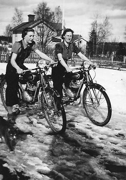 Systrarna Karin och Greta Höglin på 98-kubikare omkring 1940.  (Ur Sköns Norra Intresseförenings samlingar  01644)