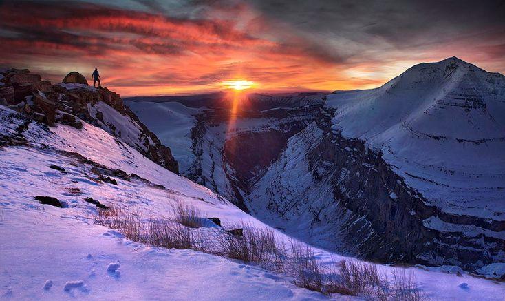 Fotógrafo sobe ao topo de montanhas pelo mundo para clicar imagens de tirar o fôlego | Nômades Digitais