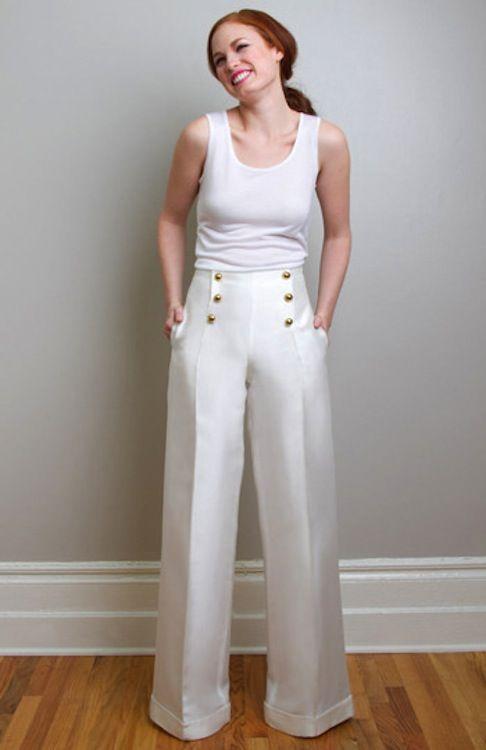 Pantalones anchos de estilo marinero con mikado de seda adornados con botones perla dorados. Para novias que prefieren los pantalones y un l...