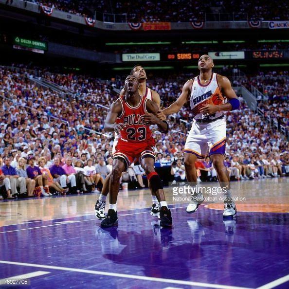 Fotografia de notícias : Michael Jordan of the Chicago Bulls battles for a...