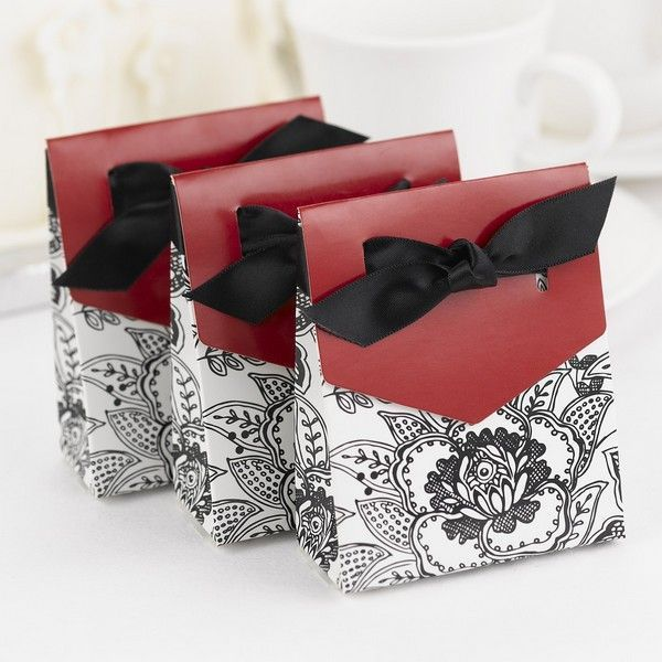 Love the red accent on these favor boxes!