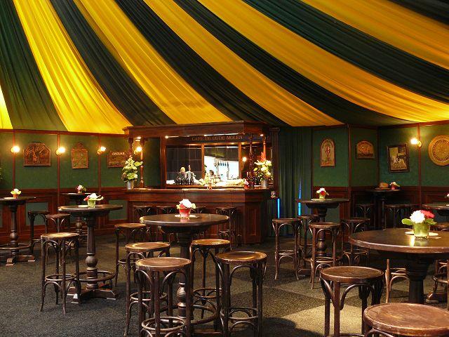 """Bar """"De oude Molen"""" aangekleed met café meubilair, lambrisering wanden en stoffering."""