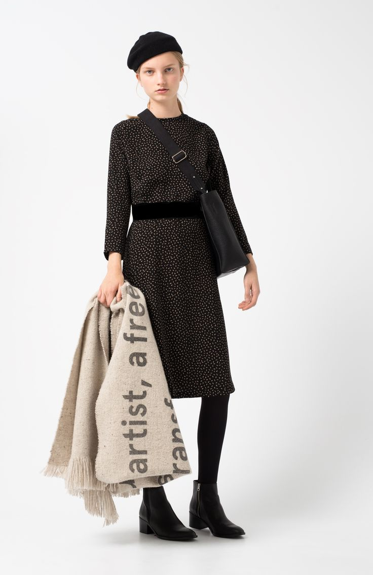 Izar black dress. Below-the-knee black dress with beige print, ¾ sleeve, contrasting two-coloured beige elastic and black at the waist. Back zip fastening.