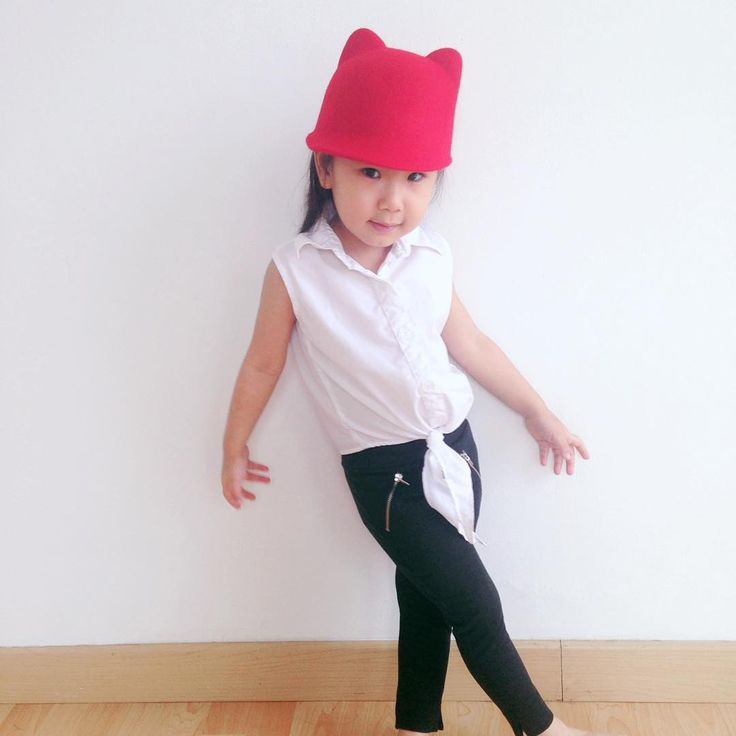 white knot shirt and match with red hat..  simple but its so classy