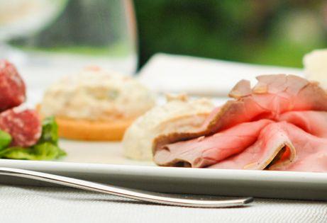 Piatto tradizionale  Piemontese , Vitello tonnato  e salsiccia di Bra