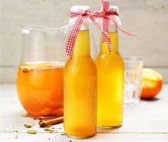 Äppelglöggen görs på en bas av äppelmust och har en ton av apelsin. Smaksätt med färsk ingefära, kardemummakärnor och kanel, och servera sedan varm med tunna äppelklyftor.