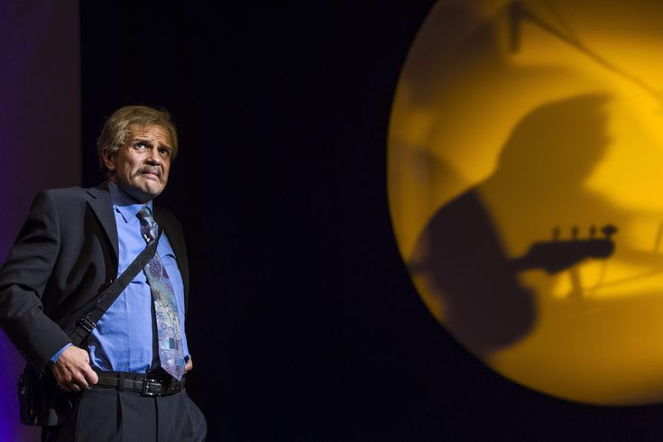 Pintér Béla új előadása, a Bárkibármikor drogos utazás a remény színházába az aluljárók mocskából, de retúrjeggyel. Van-e élet tisztátalanság nélkül, van-e színház valóság