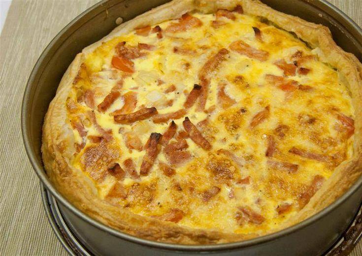 Officieel wordt een quiche Lorraine zonder groenten gemaakt. Ik geef de voorkeur aan deze versie met ui en tomaat.
