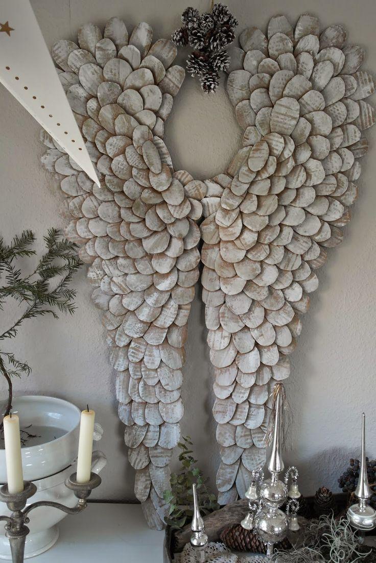 Engelsflügel aus Pappe zum Nulltarif im Shabby chic Stil basteln. Eine ganz schöne Weihnachtdekoration.
