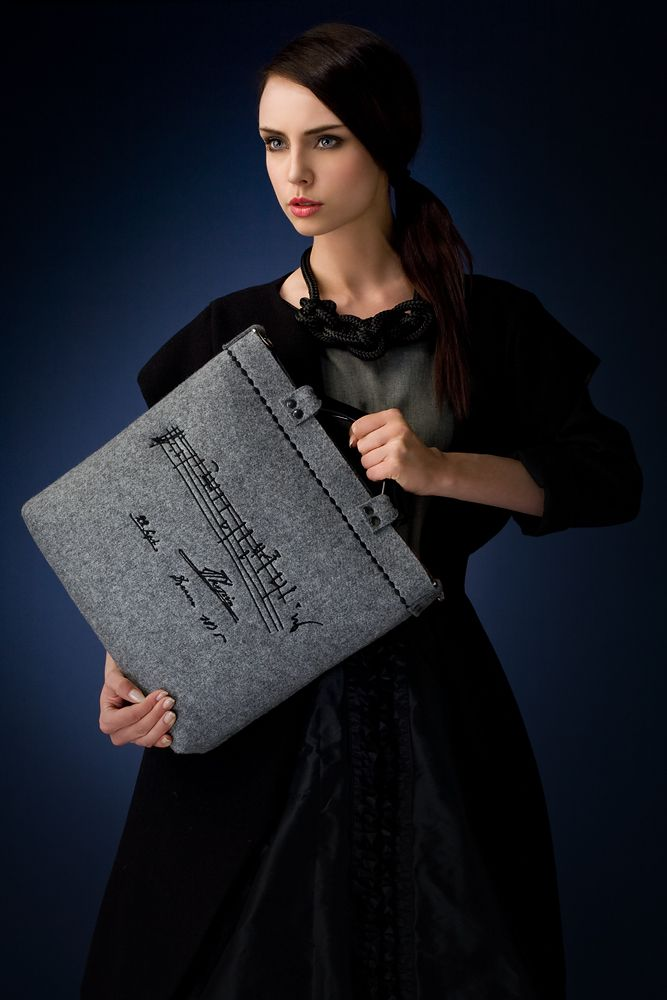 http://goshico.com/en/gsh-felt-bag-with-embroidery-and-the-detachable-belt-chopin.html PRICE: 81.70 €