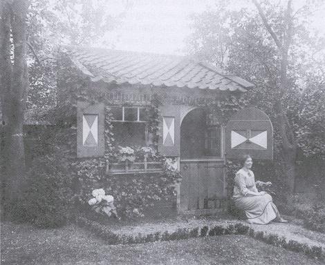 Ik voor mijn tot 'studeercel' omgebouwde kolenhok in de tuin van mijn huis aan de Johan de Wittstraat 25 te Dordrecht.