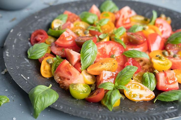 Oppskrift på tomatsalat med italiensk flatbrød.
